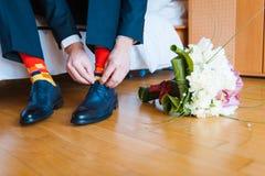 Peúgas engraçadas do noivo ao lado de um ramalhete Fotos de Stock Royalty Free