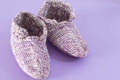 Peúgas feitos a mão de lãs no fundo violeta imagens de stock royalty free