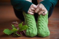 Peúgas mornas de lã feitas malha com folhas Fotos de Stock