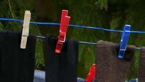 Peúgas na corda da corda com Pegs de roupa filme