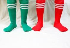 Peúgas vermelhas e verdes por feriados do Natal Imagem de Stock Royalty Free