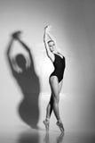 Pełen wdzięku balerina taniec w sztuka występie Obraz Stock