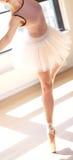 Pełen wdzięku baleriny en Pointe w tana studiu fotografia stock