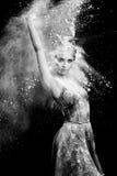 Pełen wdzięku kobieta taniec w chmurze pył Fotografia Stock