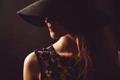 Pełen wdzięku kobieta w czarnym kapeluszu i sukni Zdjęcia Royalty Free