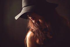 Pełen wdzięku kobieta z długimi hairs w czarnym kapeluszu Zdjęcie Stock