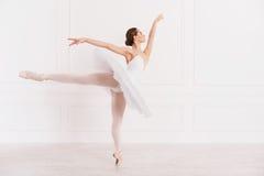 Pełen wdzięku kobiety pozycja w baletniczej pozyci fotografia stock
