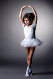 Pełen wdzięku mała gimnastyczka wykonuje w studiu fotografia royalty free