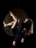 Pełen wdzięku powietrzna tancerz kobieta na czerni Zdjęcie Royalty Free