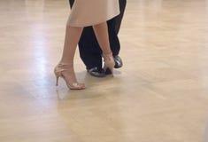 Pełen wdzięku taniec para tangoing przy sala balową zdjęcie stock