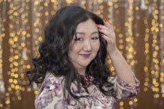 Pełna Azjatycka kobieta na tle jarzyć się zaświeca zdjęcia stock