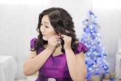 Pełna Azjatycka kobieta w oszałamiająco lawendy sukni obraz stock