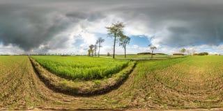 Pełna bezszwowa bańczasta panorama 360 stopni kąta widoku blisko asphault drogi wśród łąk poly wewnątrz po burzy z wspaniałymi ch obrazy royalty free