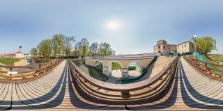 Pełna bezszwowa bańczasta sześcian panorama 360 stopni kąta widoku na zwyczajnym drewnianym moście w miasto parku w equirectangul zdjęcia royalty free