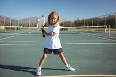 Pełna długość bawić się tenisa dziewczyna Zdjęcie Stock