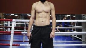 Pełna długość materiału filmowego wojownika lub boksera toples pozycja w złodzieju, gumy maska na bokserskim pierścionku w gym _ zbiory wideo