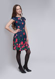 Pełna długość pozuje w sukni piękna kobieta zdjęcie stock