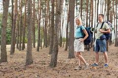 Pełna długość szczęśliwi potomstwa dobiera się wycieczkować w lesie Obrazy Stock