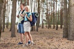 Pełna długość szczęśliwi potomstwa dobiera się wycieczkować w lesie Zdjęcie Stock