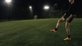 Pełna długość umieszcza piłka strzał nogą rugby gracz, futbolowa sport arena, zakończenie w górę zwolnionego tempa kopnięcia piłk zbiory wideo