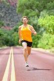 Pełna długość Zdecydowany mężczyzna bieg Na drodze Obraz Stock