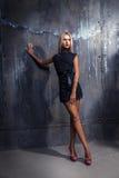 Pełna długości fotografia blondynki kobieta w krótki smokingowy przyglądający oddalony Zdjęcia Royalty Free