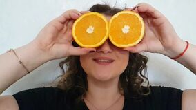 Pełna dziewczyna, pomarańcze chwyty blisko oko szczęśliwego plasterka zbiory