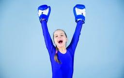 pełna energii uderzać pięścią nokaut Dzieciństwo aktywność Sprawności fizycznej dieta energetyczni zdrowie Sporta sukces Sportswe zdjęcia royalty free