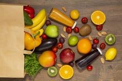 Pełna papierowa torba różny zdrowia jedzenie na drewnianym tle, zakończenie w górę Sklepu spożywczego zakupy pojęcie obrazy stock