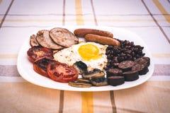 Pełne angielszczyzny smażący śniadanie z bekonem, jajko, kiełbasy, czarny pudding, ono rozrasta się Zdjęcie Stock