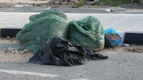 Pełne plastikowe grat torby na ulicie Ja?owy i przetwarza poj?cie swobodny ruch zbiory