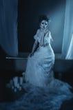 Pełnego ciała dziewczyny piękny duch, czarownica, panny młodej obsiadanie na vintag fotografia stock