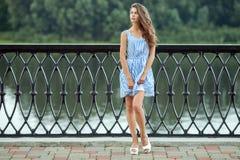 Pełnego długość portreta młoda piękna kobieta w biały błękit paskującej sukni, lata rver park outdoors obrazy stock