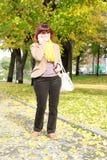 Pełnej długości Dojrzała kobieta Opowiada na telefonie Fotografia Royalty Free