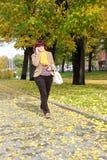 Pełnej długości kobiety Dojrzały odprowadzenie w parku Obraz Royalty Free