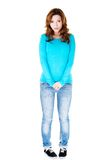 Pełnej długości kobiety nieśmiała pozycja Zdjęcie Stock