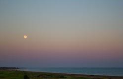 pełnia księżyca nad morzem Obrazy Royalty Free