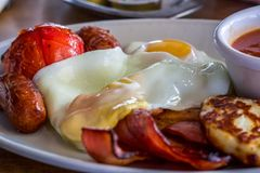 Pełny Angielski śniadanie podczas gdy na wakacje dla dzień przygod zdjęcie stock