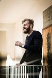 Pełny broda mężczyzna jest relaksujący z kawą Obraz Royalty Free