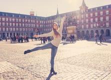 Pełny ciało portret młody atrakcyjny kobieta szczęśliwy i z podnieceniem taniec w nowożytnym Europejskim mieście obrazy stock