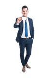 Pełny ciało rozochocony młody biznesmen pokazuje pustego biznes c Obraz Royalty Free