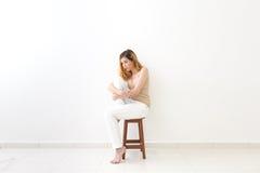 Pełny ciało wizerunek ściska jeden kolano kobieta Myśli smucenie, fotografia royalty free