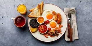 Pełny dłoniak w górę Angielskiego śniadania z smażącymi jajkami, kiełbasy, bekon zdjęcia royalty free