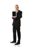 Pełny długość biznesmen trzyma cyfrową pastylkę Fotografia Royalty Free