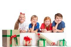 Pełny długość portret śliczni małe dzieci patrzeje kamerę i ono uśmiecha się w eleganckich ubraniach fotografia stock