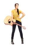Pełny długość portret żeński muzyk trzyma akustycznego Gu Zdjęcia Royalty Free