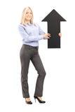 Pełny długość portret blond uśmiechnięta kobieta trzyma dużego blac Zdjęcia Royalty Free