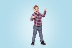 Pełny długość portret chłopiec pozycja wskazywać palec i Obraz Stock