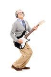 Pełny długość portret dojrzały mężczyzna bawić się gitarę Obrazy Stock