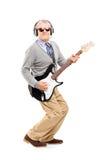 Pełny długość portret dojrzały mężczyzna z szkłami bawić się gitarę Zdjęcie Royalty Free